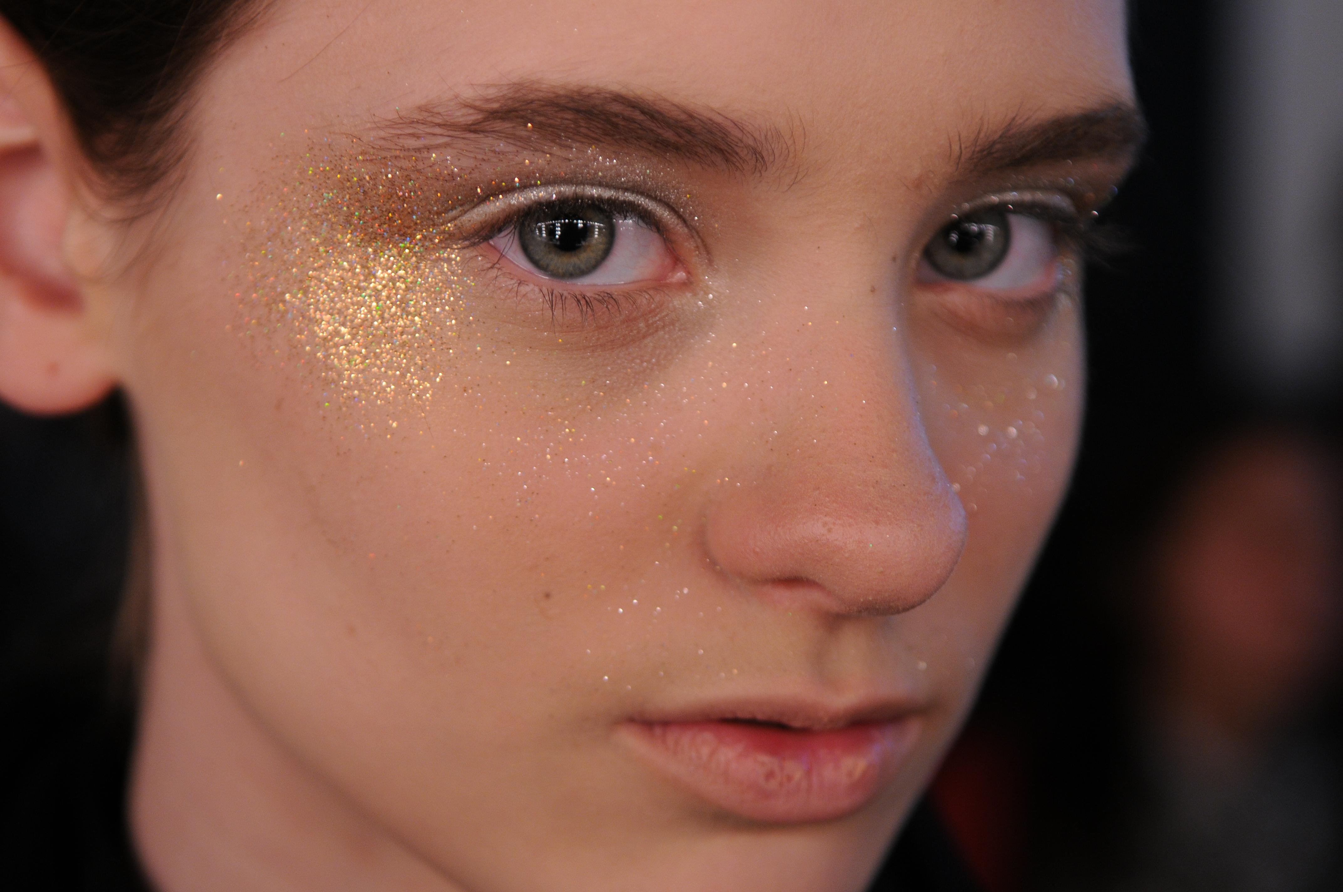 Resultado de imagem para como colar glitter no rosto